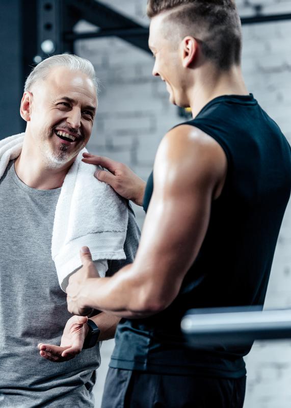 2 Männer im Fitnessstudio lachen
